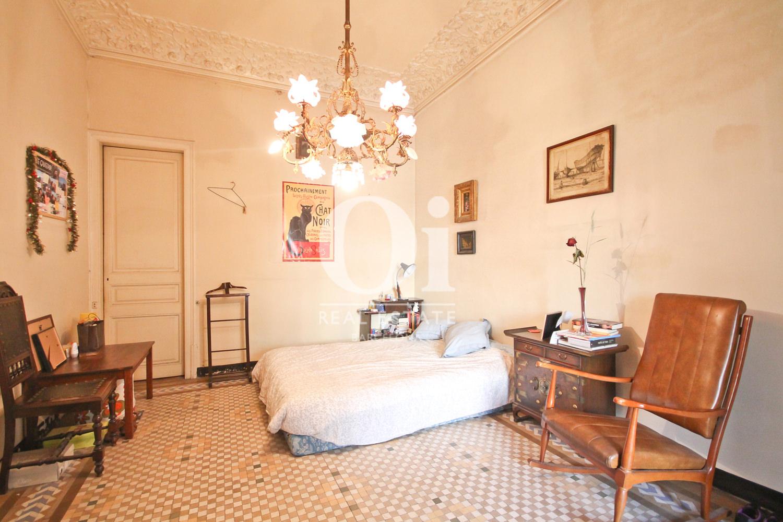Комната с невероятными антикварными потолками в районе Эшамле Барселона