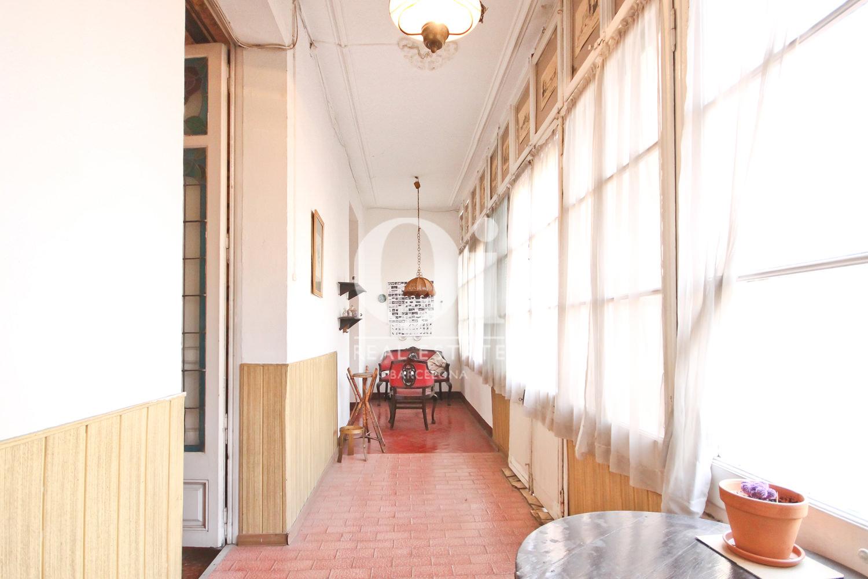 Освещенная широкая лоджия в модернистической квартире на продажу в Эшампле