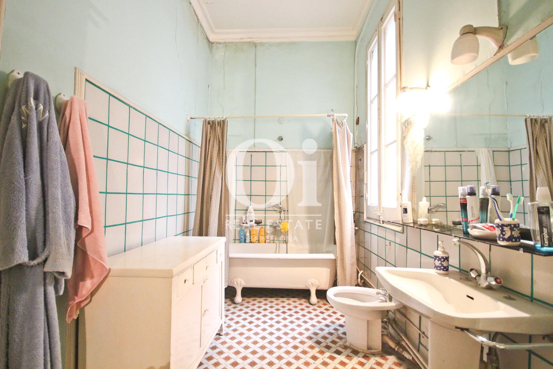 Baño muy luminoso en piso modernista en Zona Eixample de Barcelona