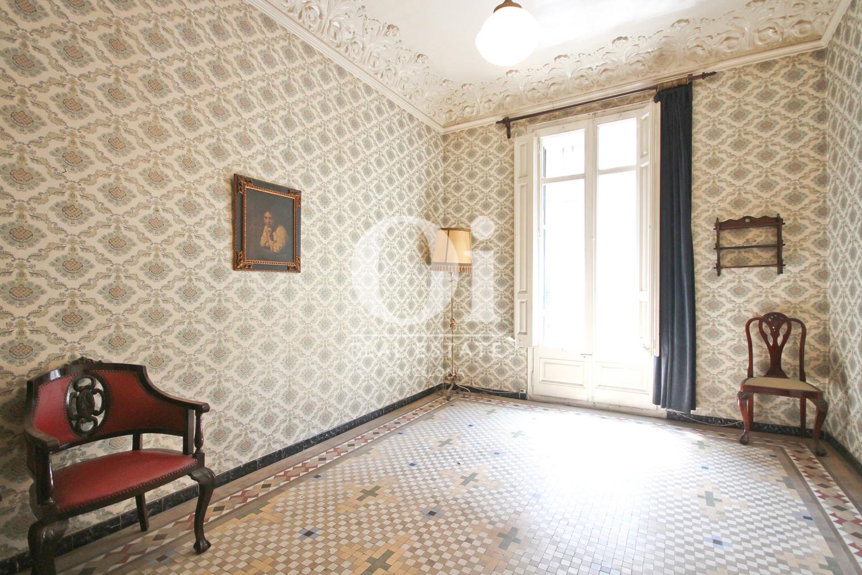 Habitación con maravillosos techos en apartamento modernista de lujo en