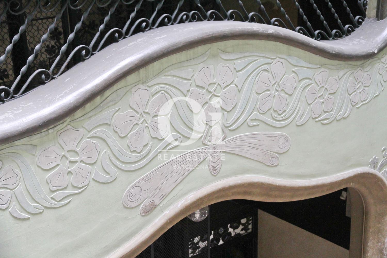 Деталь изголовья кровати в модернистической квартире на продажу в Эшампле