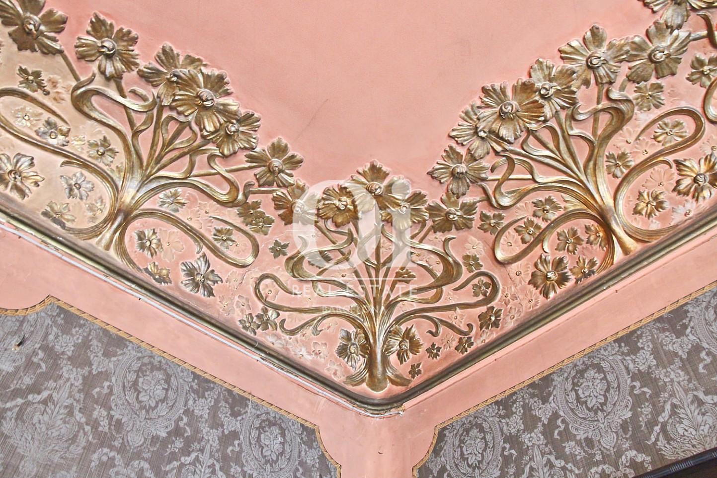 Hohe, wunderschön verzierte Decken in luxuriösem Appartement zum Kauf in Calle Provença in Barcelona