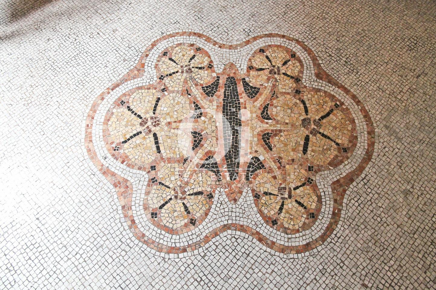 Impresionantes mosaicos en los techos-piso de lujo-Eixample Barcelona
