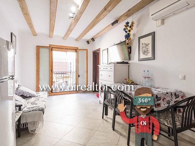 Pis en venda tot exterior amb boniques bigues de fusta als sostres al Born, Barcelona
