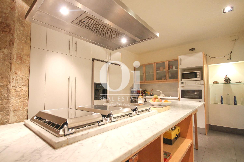 Современная и оборудованная кухня в эксклюзивной квартире на продажу в Барселоне