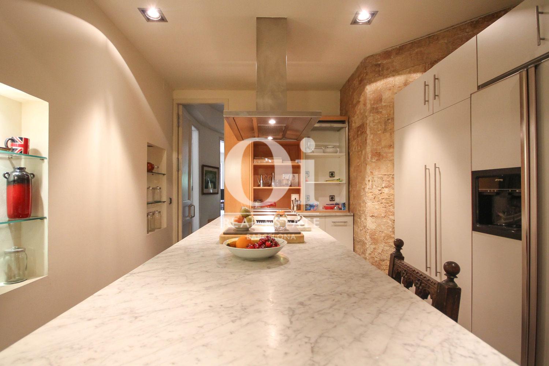 Очень большая, современная и хорошо оборудованная кухня в эксклюзивной квартире на продажу в Барселоне