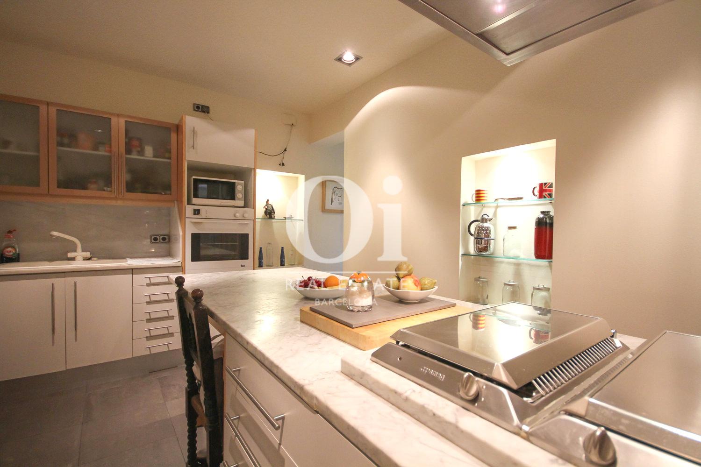 Отличная кухня в эксклюзивной квартире на продажу в Барселоне