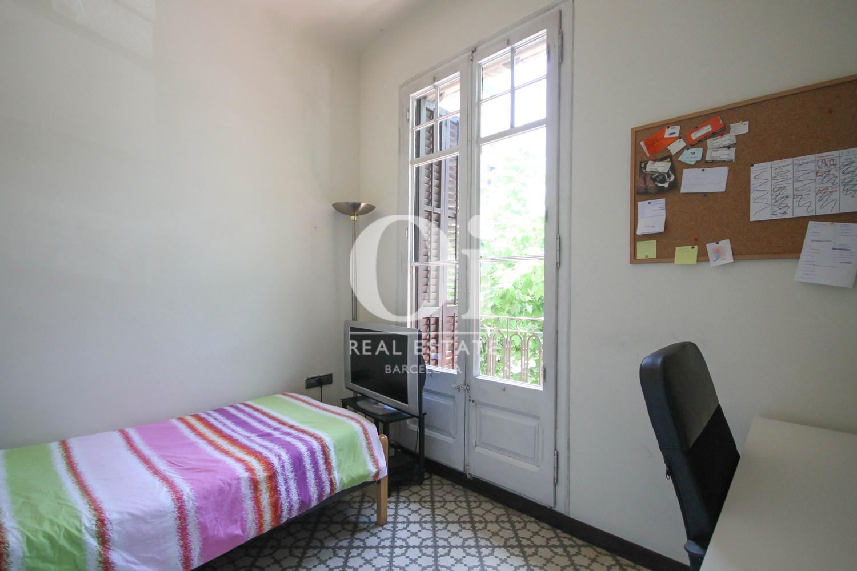 Grande chambre lumineuse dans un appartement en vente à Barcelone