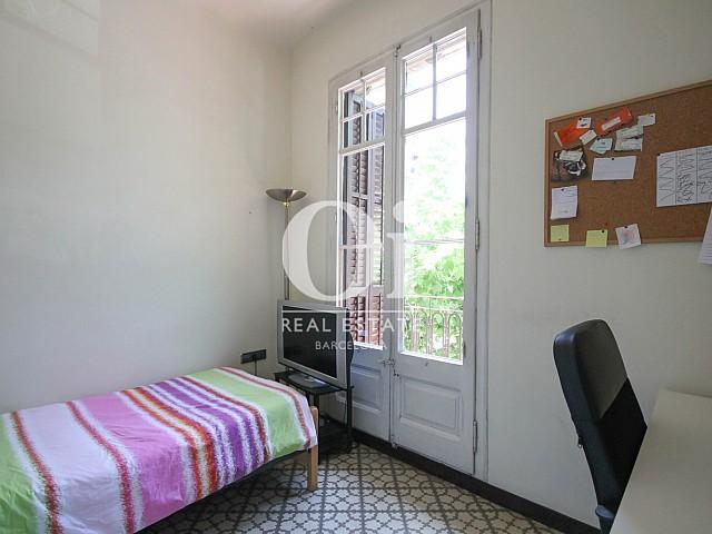 Уютная спальня в эксклюзивной квартире на продажу в Барселоне