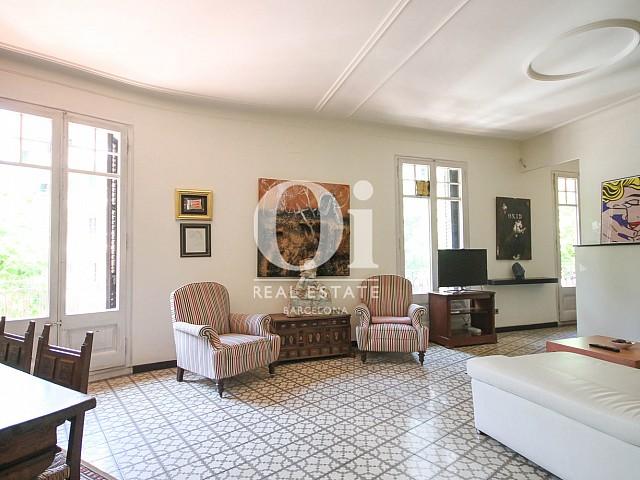 Просторная гостиная с изысканным полом в эксклюзивной квартире на продажу в Барселоне