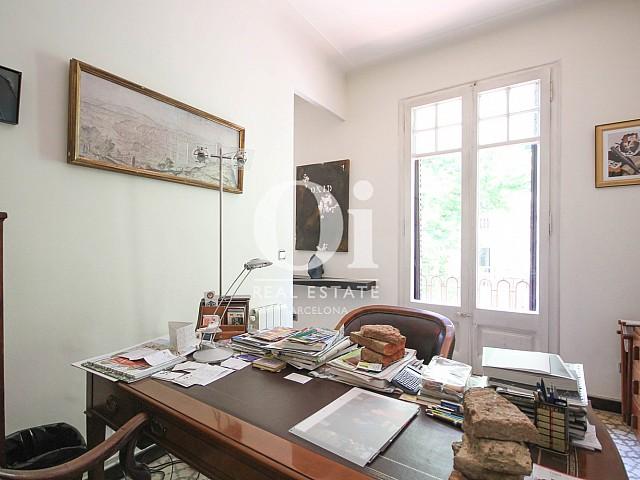 Despacho muy luminoso en apartamento modernista en venta en Eixample en Barcelona