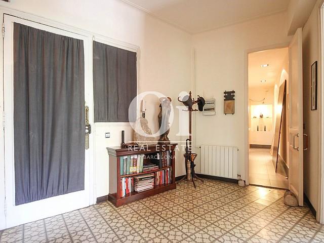 Recibidor muy luminoso en apartamento modernista en venta en Eixample de Barcelona