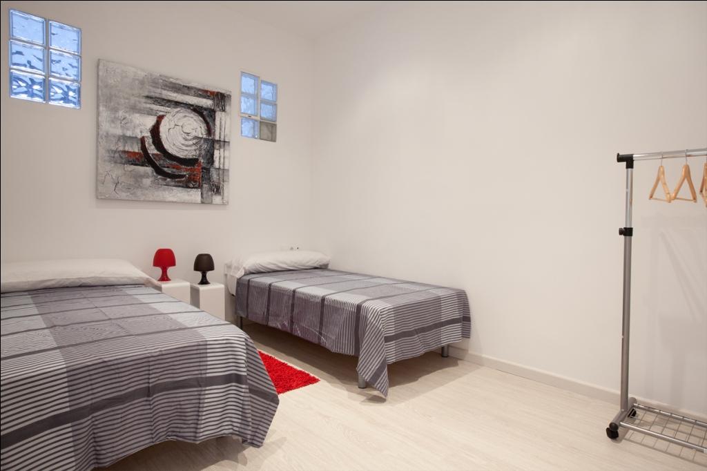 Спальня с двумя кроватями в отличной квартире в аренду в Барселона