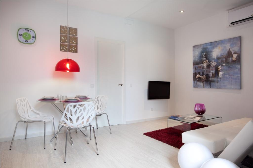 Просторная и современная гостиная и столовая в отличной квартире в аренду в Барселона