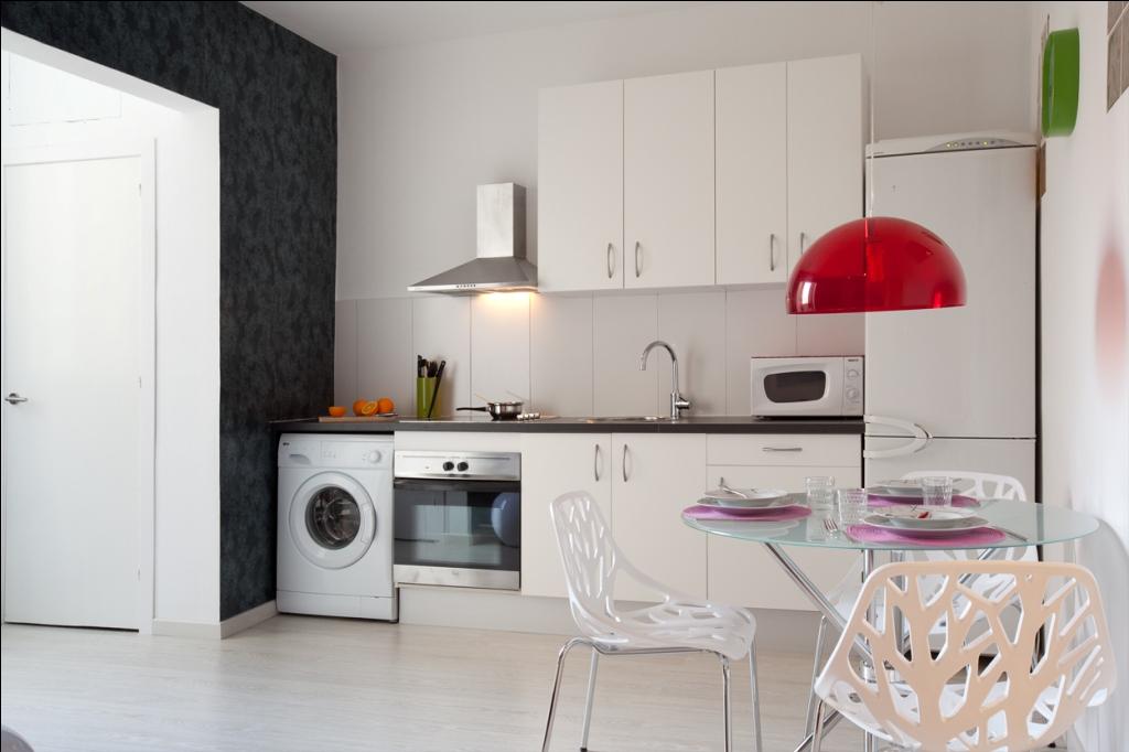 Современные столовая и кухня в отличной квартире в аренду в Барселона