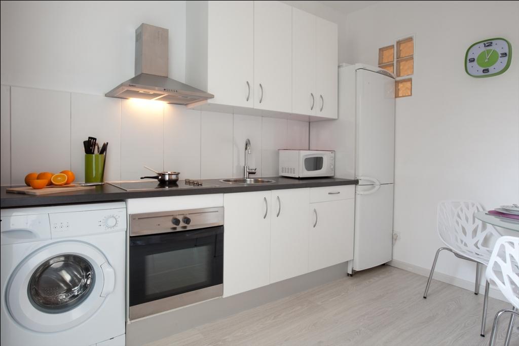 Оборудованная кухня в отличной квартире в аренду в Барселона