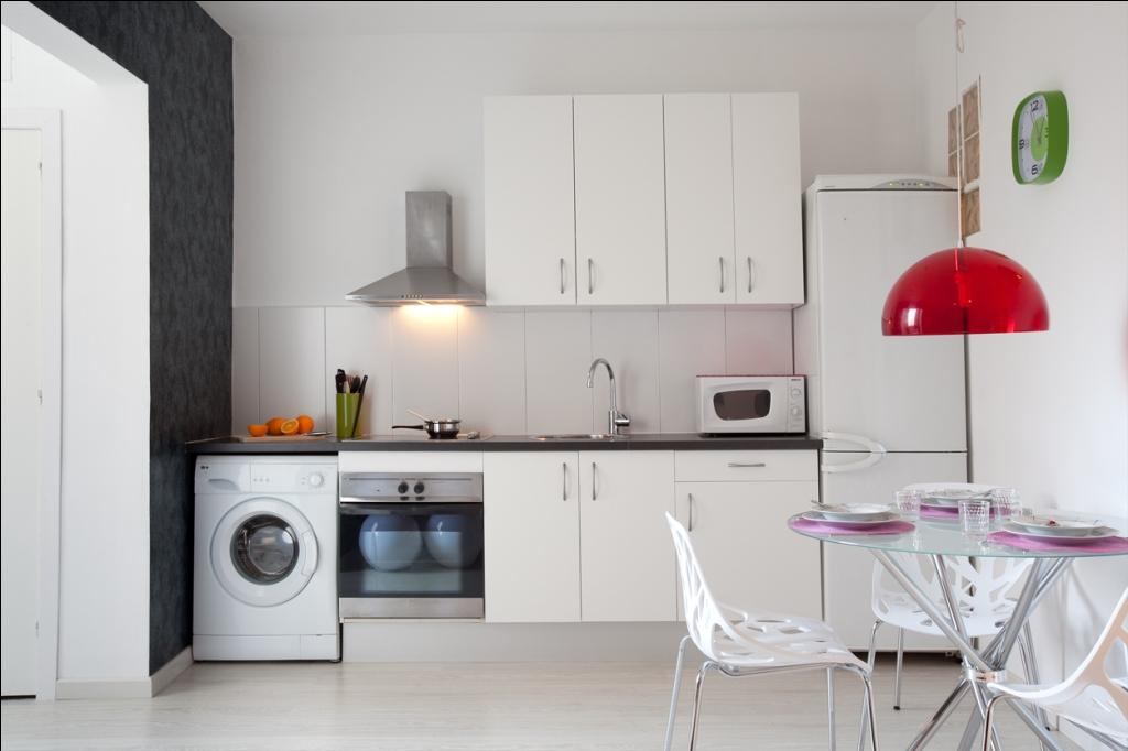 Cuisine équipée moderne dans un appartement en location à Barcelone