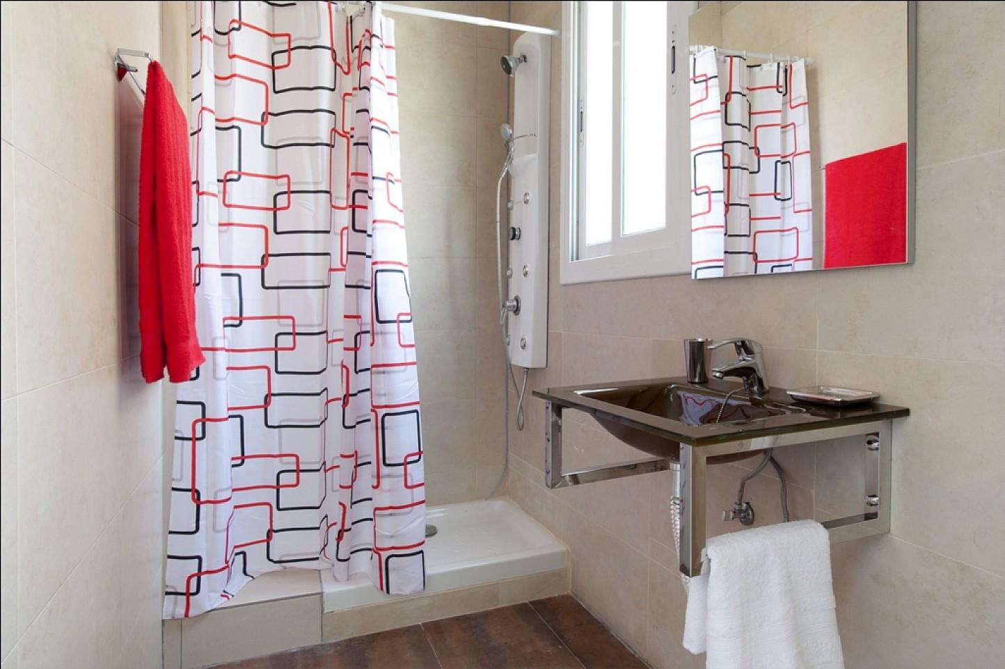 Salle de bain lumineuse  dans un appartement en location à Barcelone