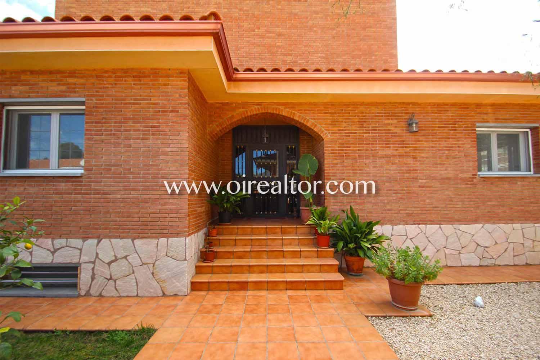 Эксклюзивный независимый дом в престижном районе Урб. Монтемар в Кастельдефельс