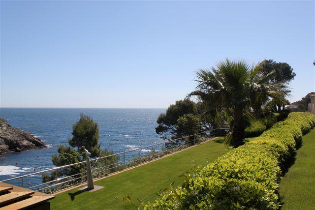 Вид на сад с видом на море в роскошной вилле на продажу на Коста Брава