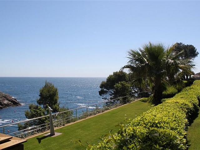 Vistas del jardín con vistas al mar de lujosa casa en venta en la Costa Brava
