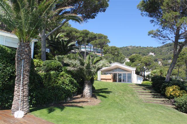 Вид на сад в роскошной вилле на продажу на Коста Брава