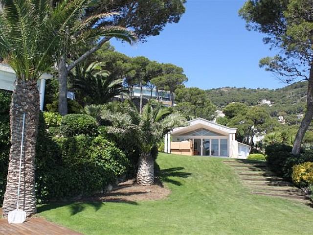 Vista del jardín de lujosa casa en venta en La Costa Brava