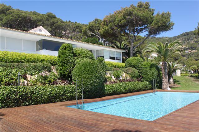 Vista de la piscina en casa de lujo en venta en Barcelona.