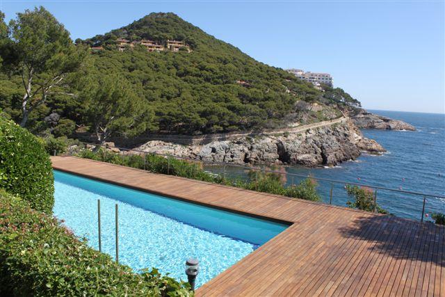 Vista de la piscina en casa de lujo en venta en la Costa Brava