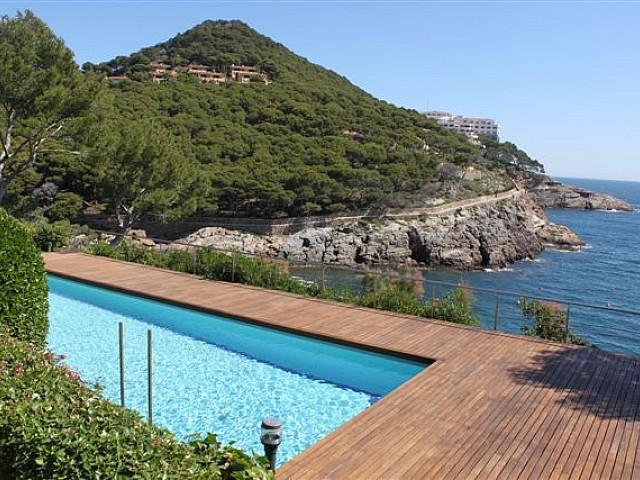 Вид на бассейн рядом с морем в роскошной вилле на продажу на Коста Брава