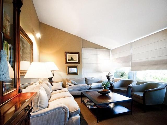 Vista de la sala de estar en casa de lujo en venta en la Costa Brava