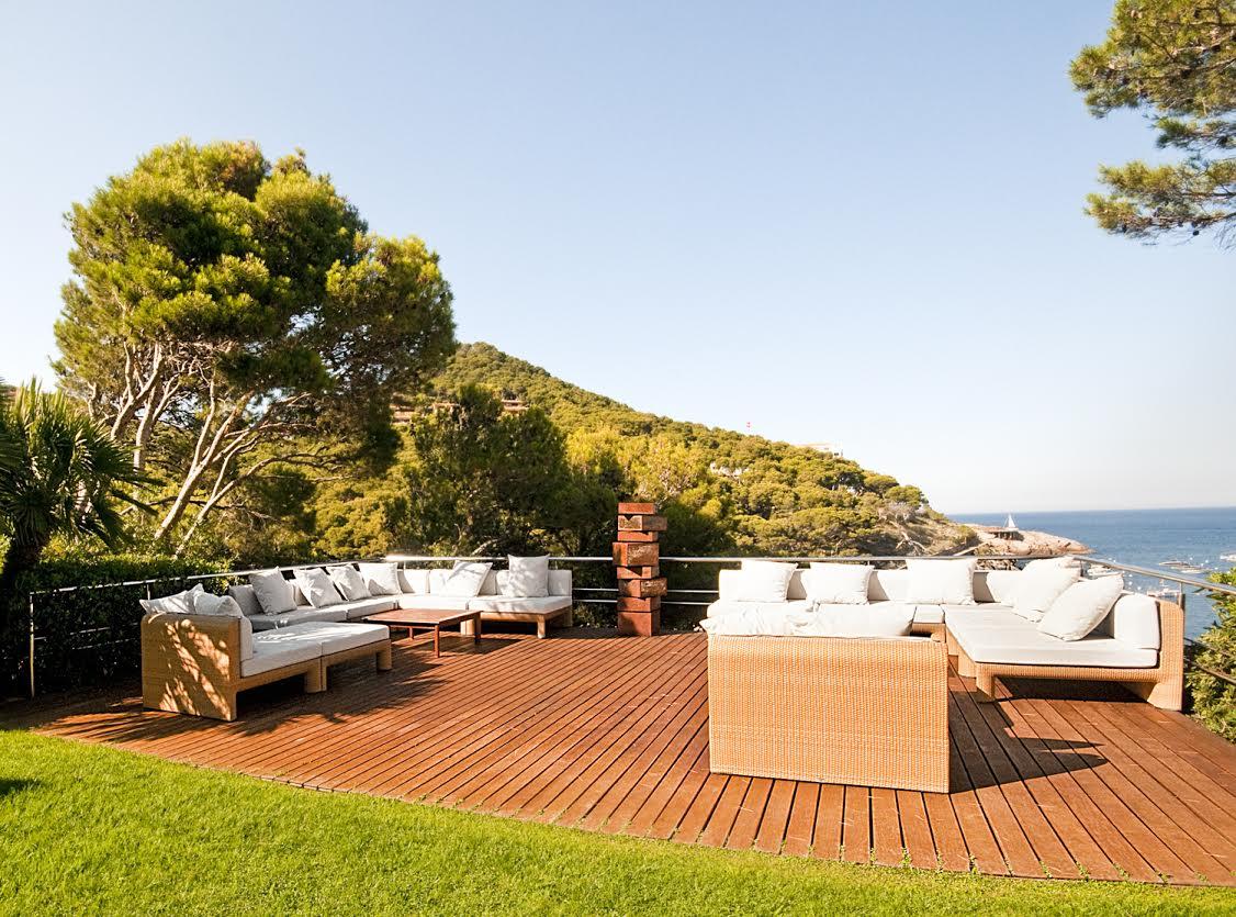 Wunderschöne Terrasse der luxuriöse Villa zum Verkauf an der Costa Brava nahe Barcelona