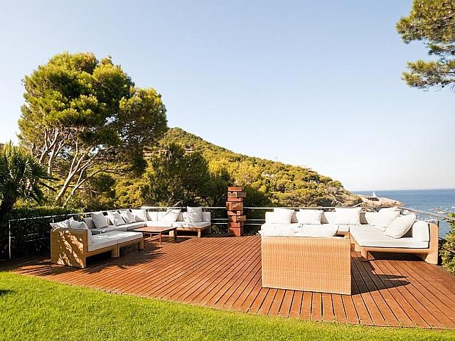 Вид на террасу с видом на море в роскошной вилле на продажу на Коста Брава