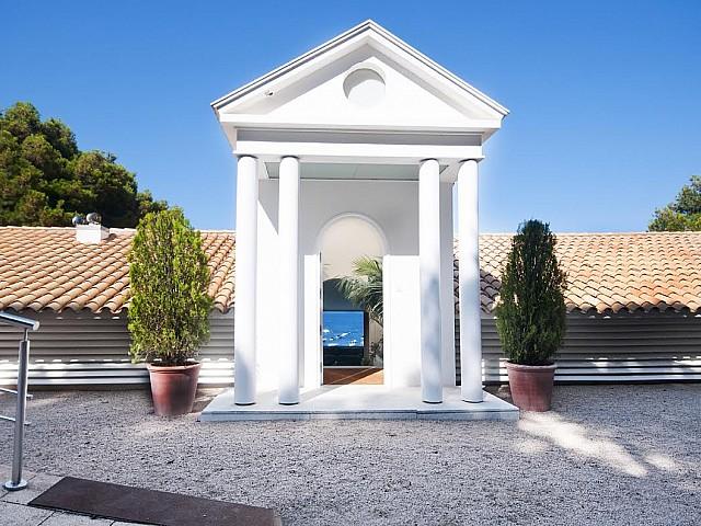 Magnífica entrada a la casa des de l'exterior