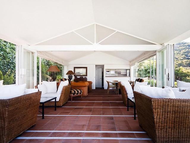 Вид на летнюю террасу в роскошной вилле на продажу на Коста Брава