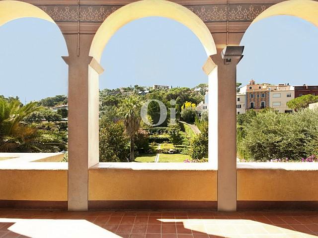 Vista de los pasillos de lujoso palacete en venta en la Costa Brava