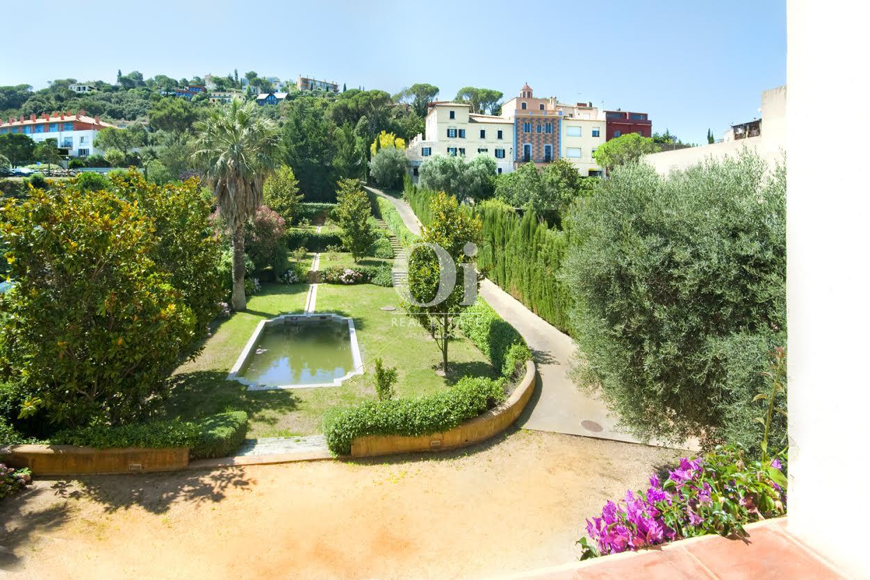 Wunderschöner Garten in luxuriösem Palast zum Verkauf an der Costa Brava nahe Barcelona