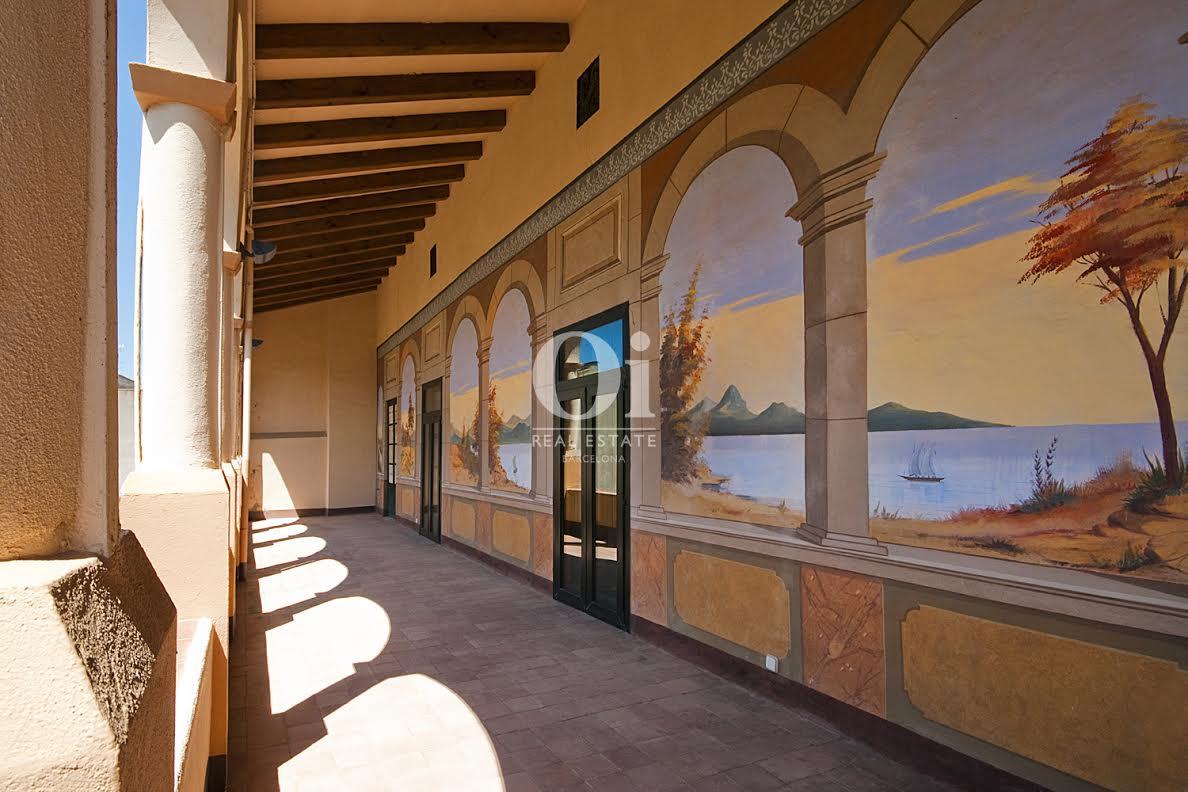 Вид на внешнюю галерею с живописью роскошного особняка на продажу в Коста Брава