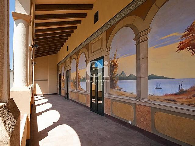 Gran galeria que connecta l'interior de la casa amb l'exterior