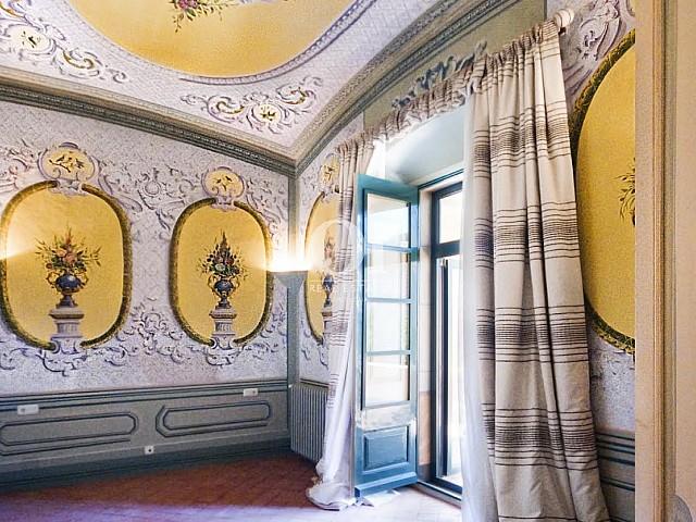 Chambre lumineuse avec fresques dans hôtel particulier en vente à Barcelone