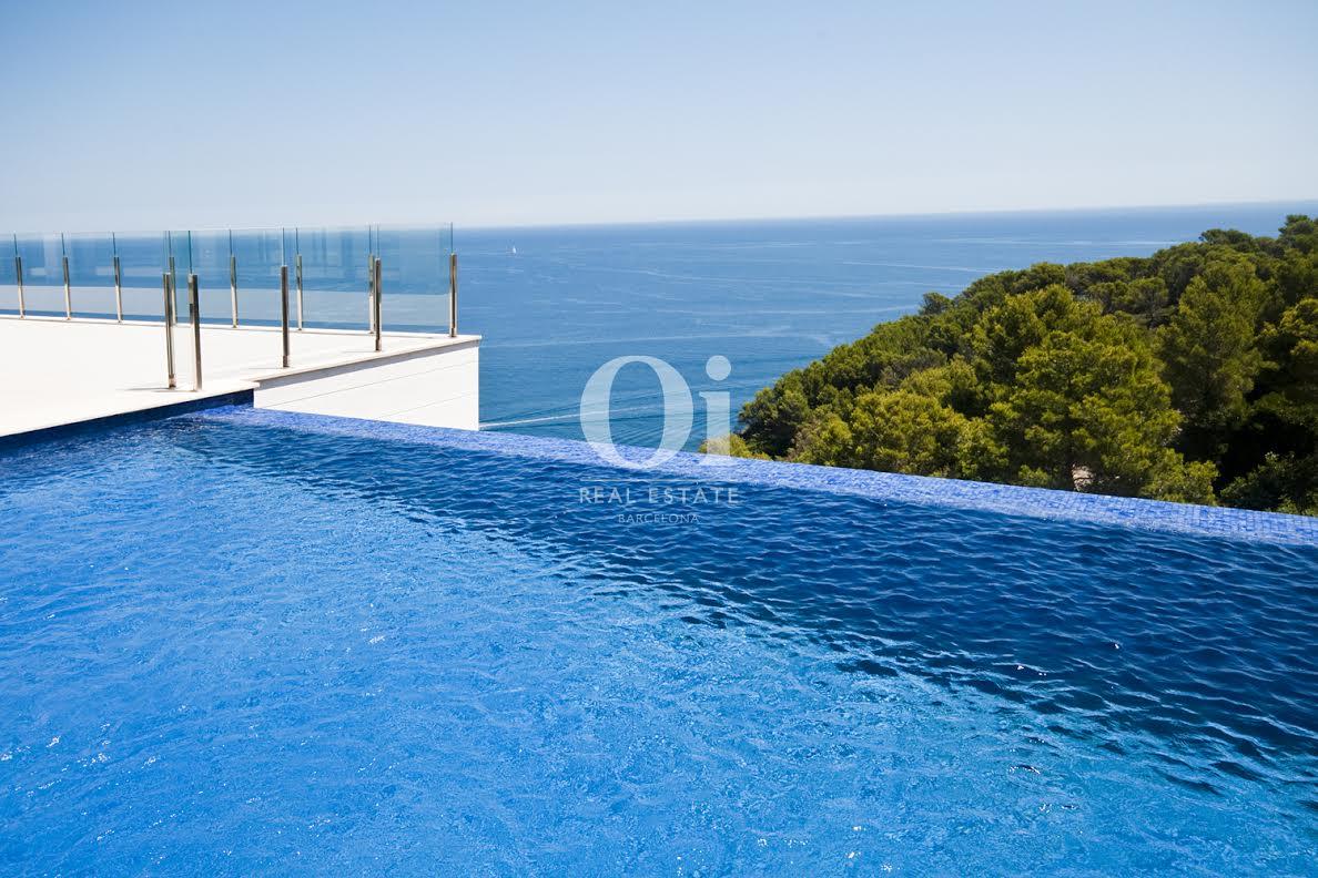 Vista de la piscina desbordante con vistas al mar en lujosa casa en venta en la Costa Brava