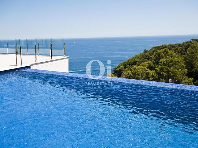 Вид на бассейн без бортиков в роскошной вилле на продажу на Коста Брава