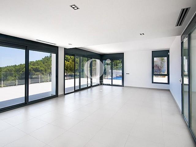 Interior con vistas al mar en casa de lujo en venta en la Costa Brava
