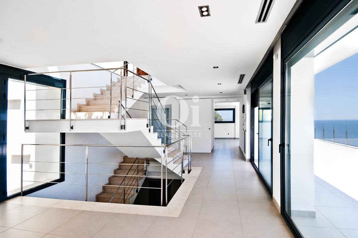 Visa de escaleras Interiores conen casa de lujo en venta en la Costa Brava