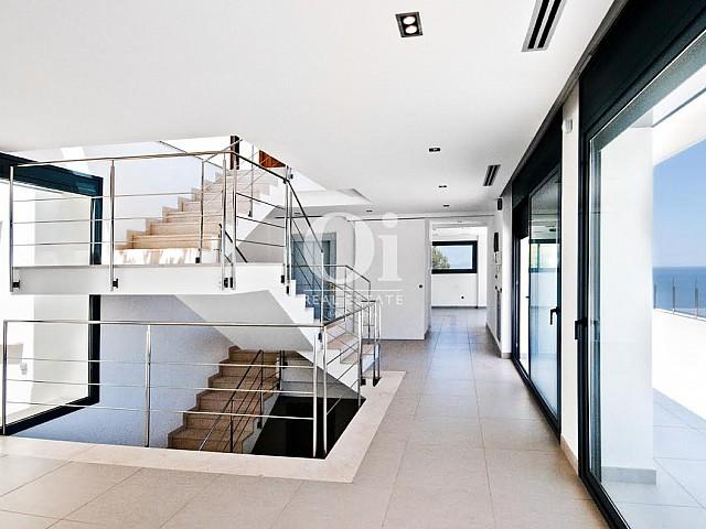 Вид на лестницу в роскошной вилле на продажу на Коста Брава