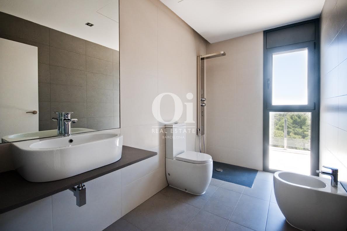 Вид ванной в роскошной вилле на продажу на Коста Брава