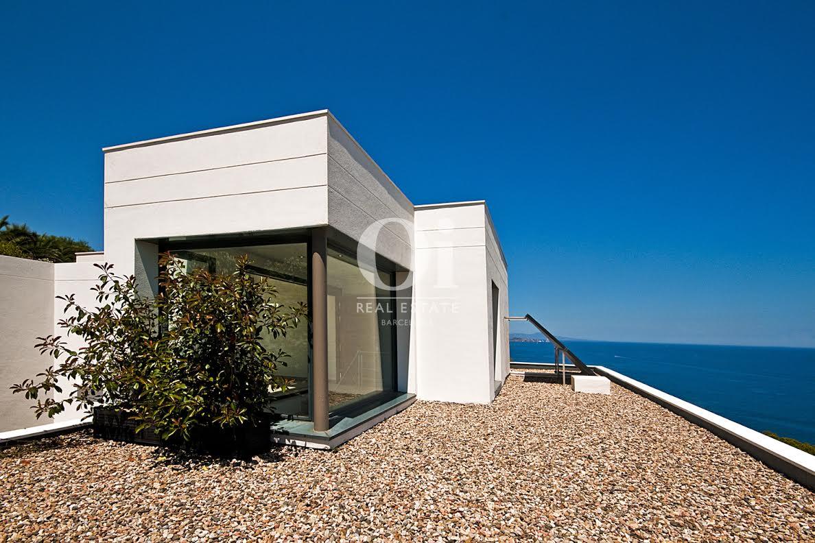 Vista de placa solar en casa de lujo en venta en la Costa Brava
