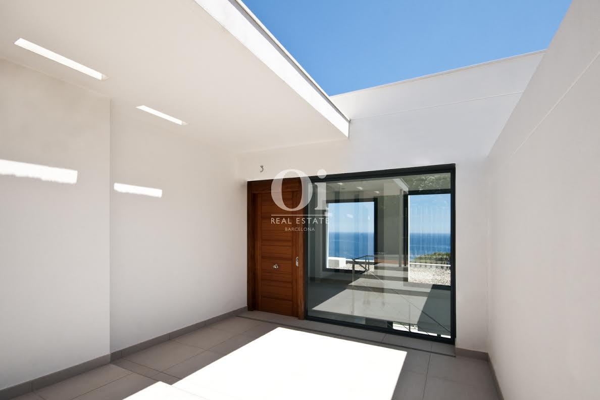 Vista del acceso de lujosa casa en venta en la Costa Brava