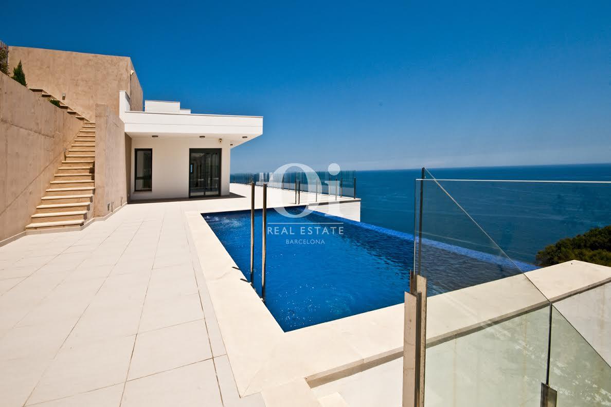 """Vistes exteriors de la piscina """"infinity pool"""""""
