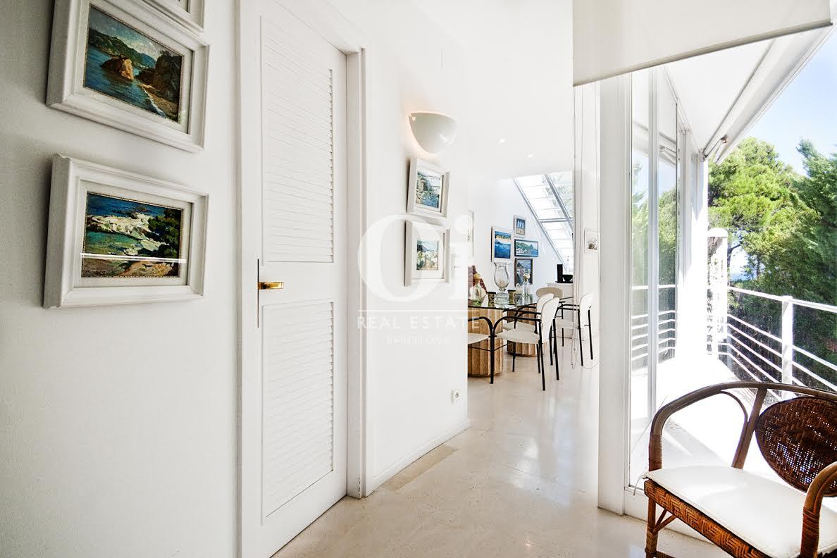 Вид  коридора в роскошном доме на продажу на Коста Брава